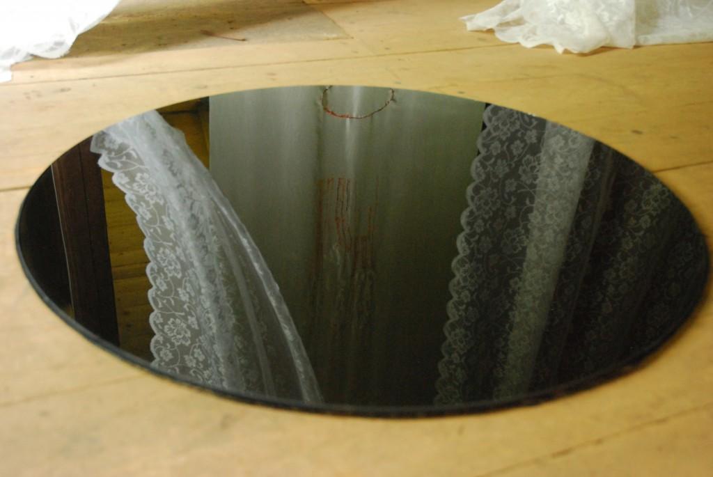 svart hål svajiga gardiner mindre
