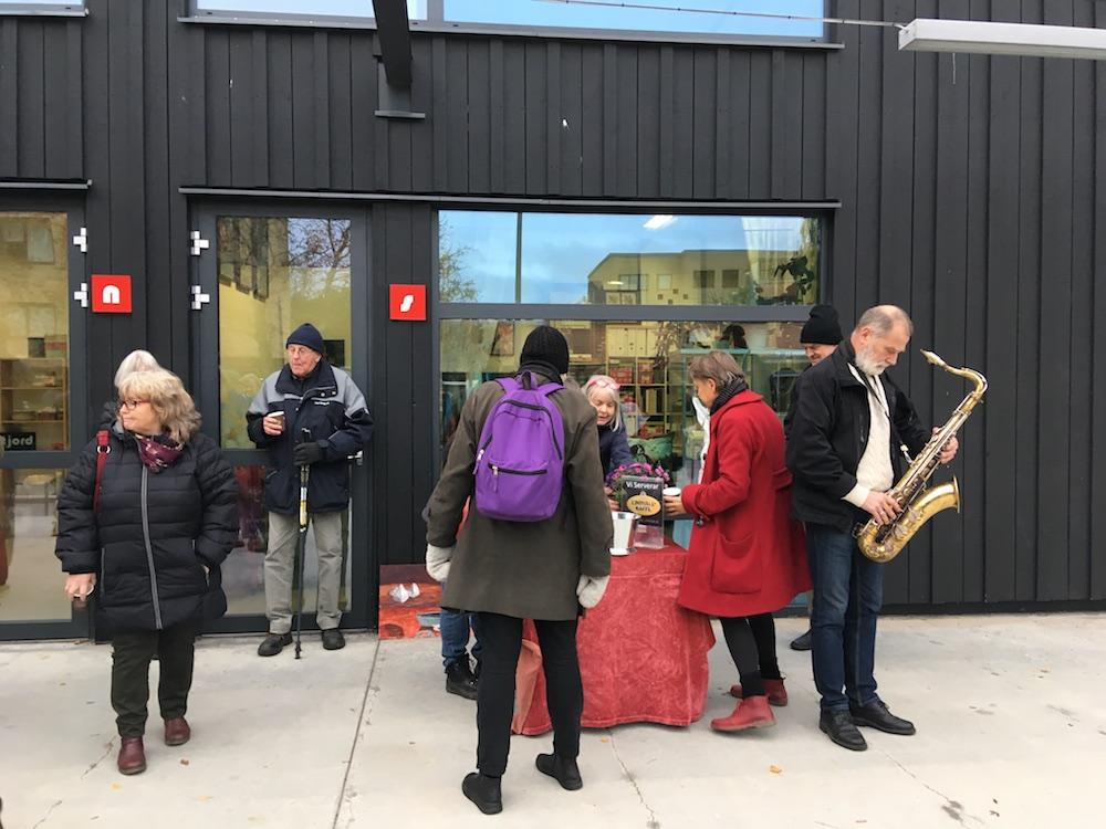 Fika och saxofon utanför Konstjord Ola Bergkvist på tenorsax  foto: Serina Ahlgren